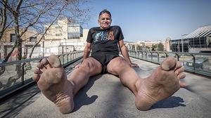 L'Enric corre maratons descalç. Encara que per a ell anar a peu nu no és un repte personal, sinó un estil de vida.