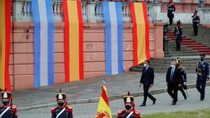 Perdro Sánchez camina junto al presidente de Argentina, Alberto Fernández, en la Casa Rosada, el palacio presidencial en Buenos Aires.
