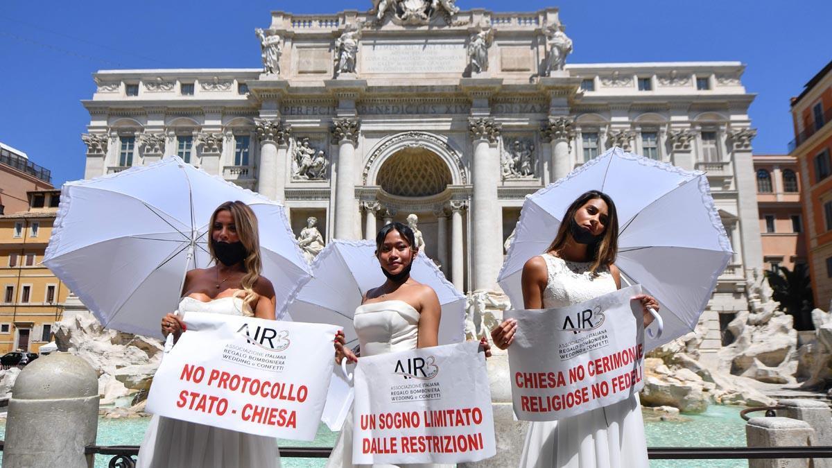 Unas novias participan en una protesta por la paralización de las bodas en Roma, este martes