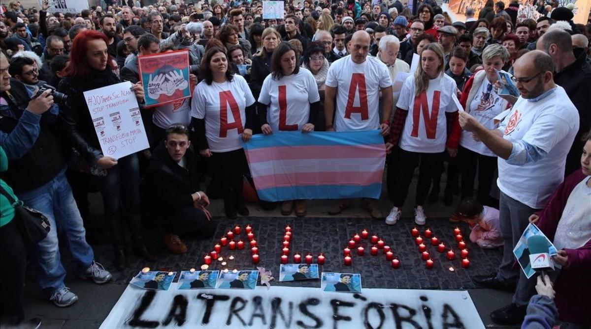 Concentración en Barcelona tras el suicidio, en diciembre del 2015, de un transexual de 17 años por acoso escolar.