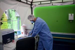 Un trabajador sanitario recabando muestras de coronavirus.