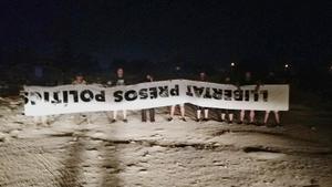 Miembros del grupo españolista radical Alta Tabarnia, mostrando la lona arrancada del balcón del Ayuntamiento de Tarragona