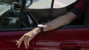 El veto a fumar al cotxe enfronta els experts de trànsit