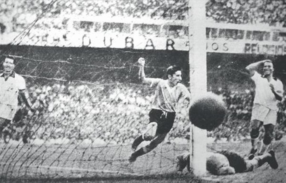 Gloria y tragedia 8 Ghiggia marca el gol del triunfo de Uruguay con Barbosa abatido en el césped del viejo Maracaná en 1950.
