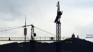 Grúas en proyectos inmobiliarios en Barcelona.