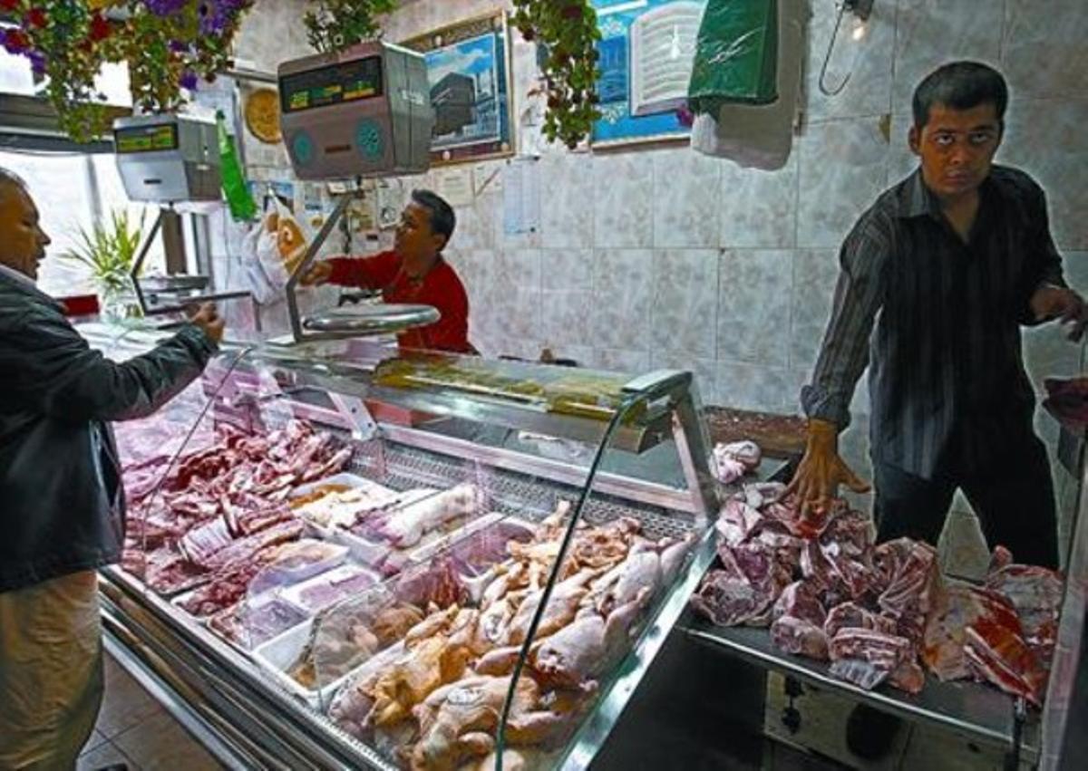 Una carnicería 'halal' del Raval de Barcelona preparando piezas de cordero para la celebración.