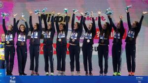 El equipo español, en el podio, tras recibir la medalla de bronce