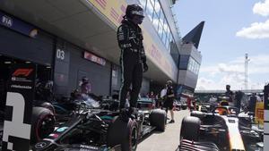 Lewis Hamilton (Mercedes) celebra sunueva 'pole' en Silverstone.