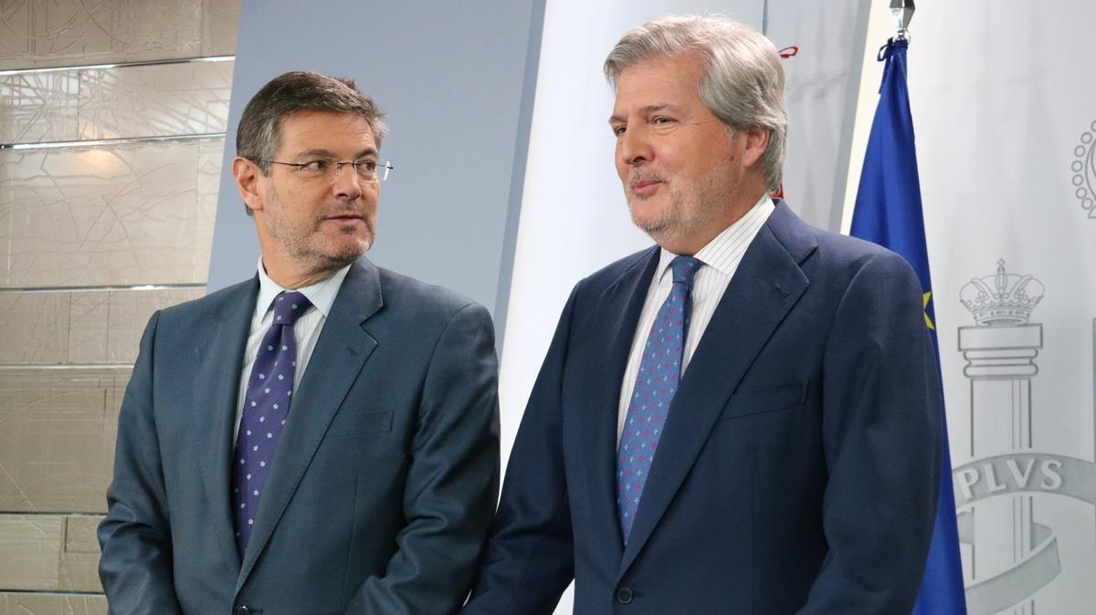 El ministro de Educación y portavoz del Gobierno, Ínigo Méndez de Vigo, acompanado por el ministro de Justicia.