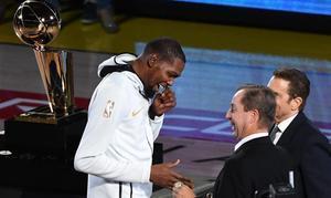 Kevin Durant (Golden State Warriors) recibe el año de campeón de la NBA del 2018 antes del primer partido de la temporada ante los Thunder de Oklahoma.