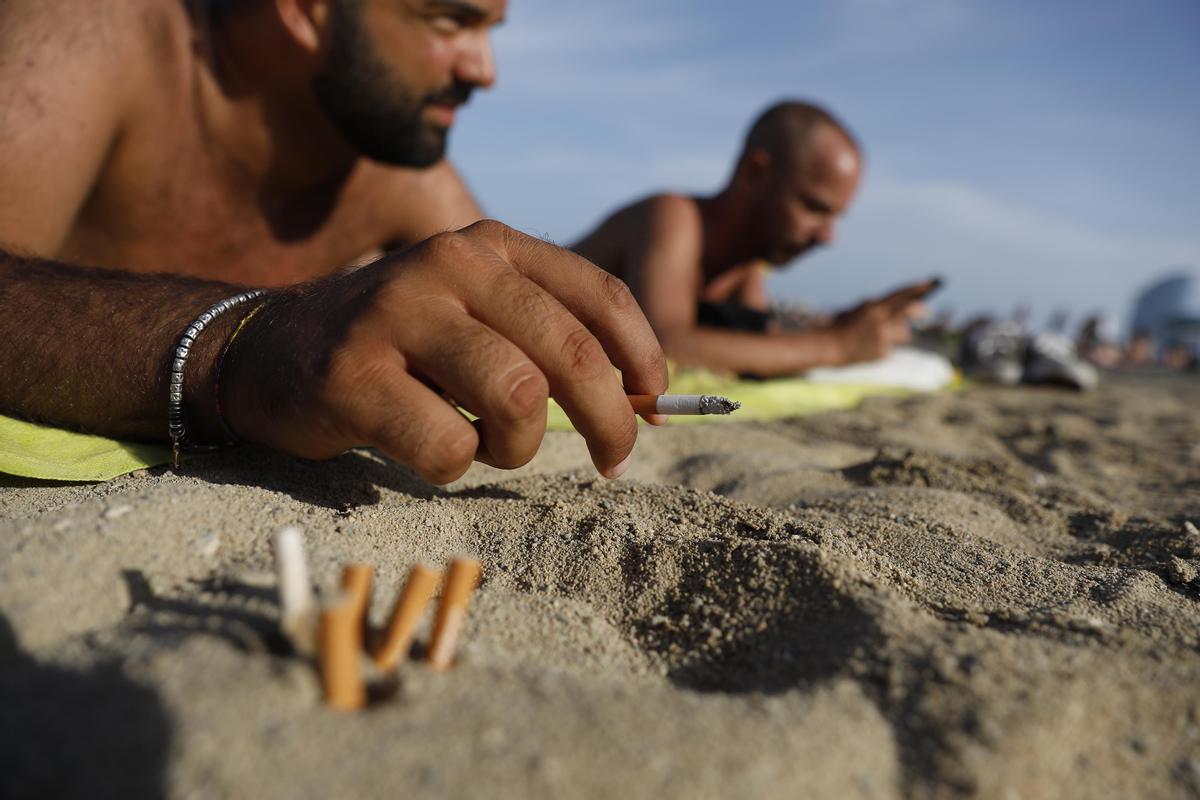 Barcelona prohibirá fumar en cuatro de sus playas. Así lo explica el concejal Eloi Badia. En la foto, fumadores en la playa de la Barceloneta.