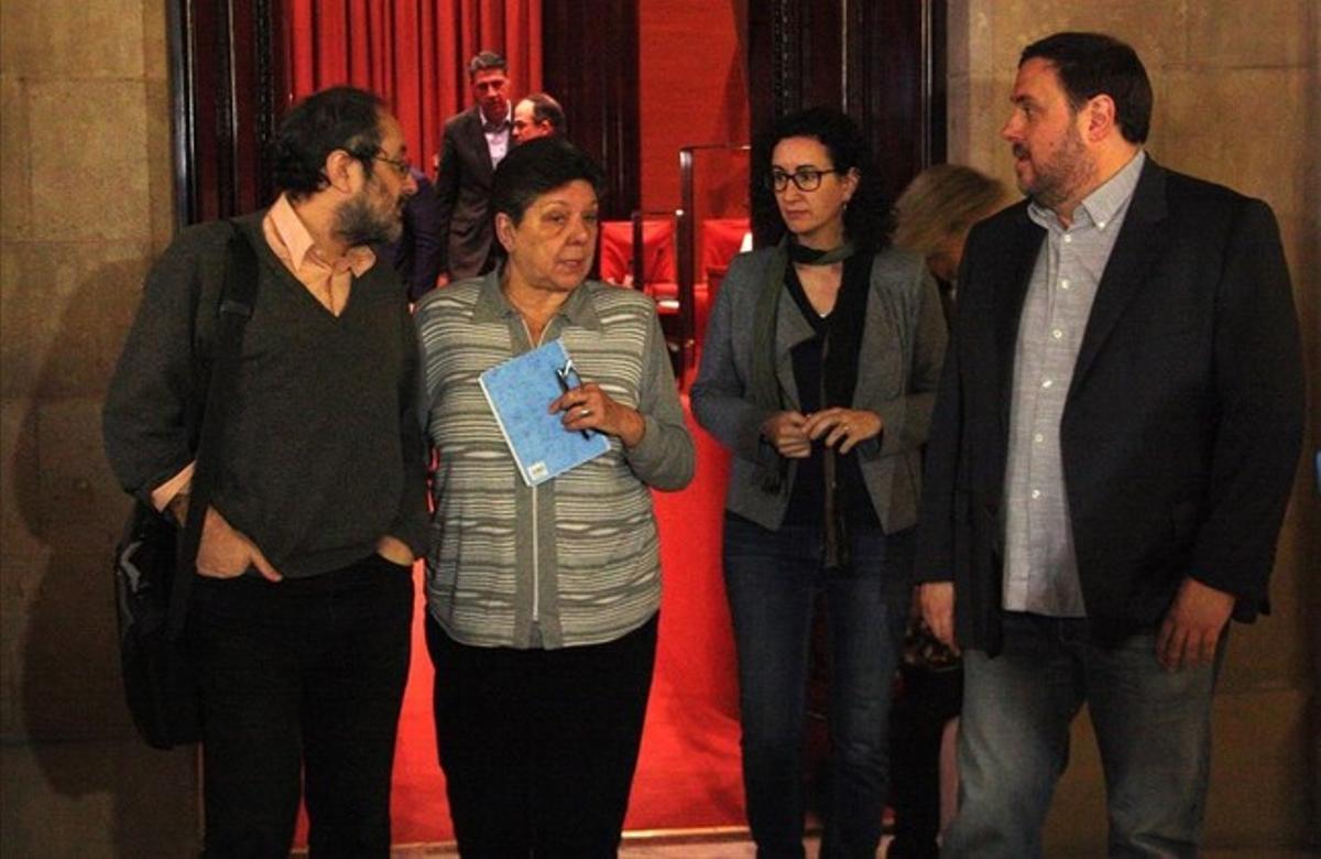 Antonio Baños, Gabriela Serra, Marta Rovira y Oriol Junqueras, este martes en los pasillos del Parlament.