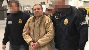Joaquín 'El Chapo' Guzmán, escoltado en Ciudad Juárez por la policía mexicana para su extradición a Estados Unidos.