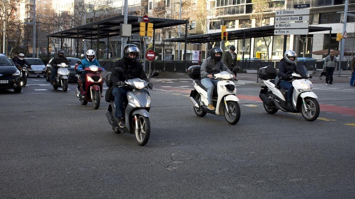 Motos en ekl cruce de la barcelonesa avenida de Josep Tarradellas con laavenida de Sarrià, el pasado 25 de febrero.