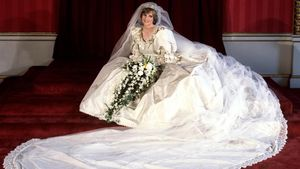 FILED - 29 July 1981  United Kingdom  London  Diana  Princess of Wales seated in her bridal gown at Buckingham Palace after her marriage to Prince Charles at St  Paul s Cathedral  Diana s famous wedding dress is set to go on show during an exhibition at Kensington Palace for the first time in 25 years  Photo  - PA Wire dpa    (Foto de ARCHIVO)  29 07 1981 ONLY FOR USE IN SPAIN