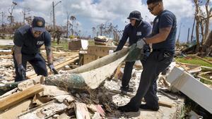 Bomberos de Palm Beach recogen escombros tras los destrozos provocados por el huracán Dorian.