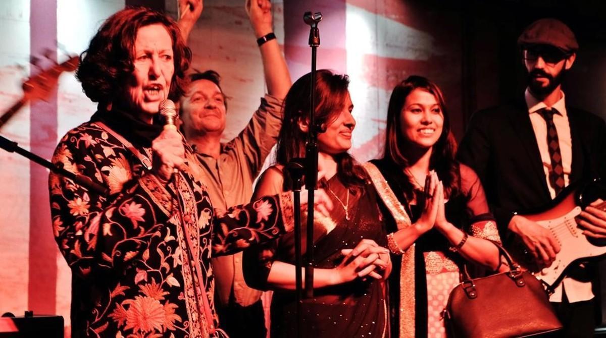 Marta Tatjer, de Chhimeki Nepal, con otras dos activistas, sobre el escenario del Ocaña, la noche del pasado lunes.