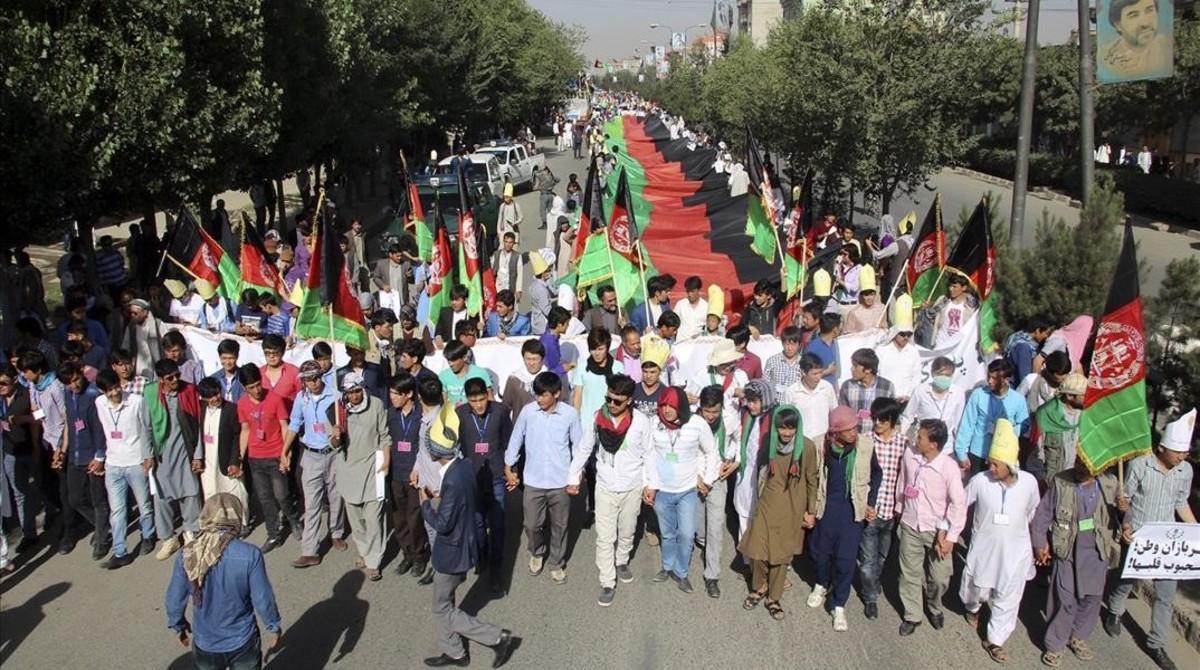 Manifestantes afganos de la minoría de los hazaras gritan consignas contra un proyecto eléctrico gubernamental que dicen que les excluye, en Kabul, este sábado.
