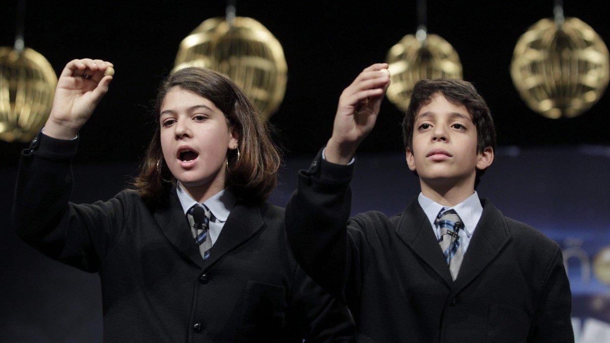 Niños de San Ildefonso cantando un premio de la Lotería de Navidad.
