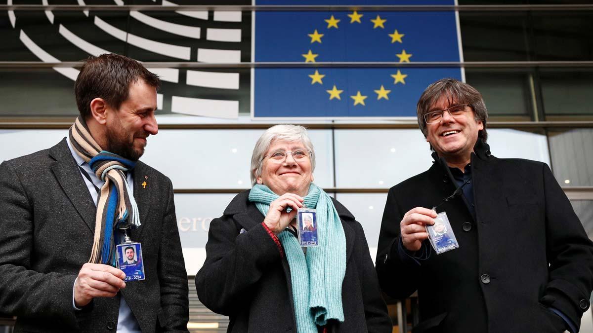 Clara Ponsatí, muy contenta al recoger su acreditación de eurodiputada. En la foto, acompañada de Puigdemont y Comín, todos con sus credenciales.