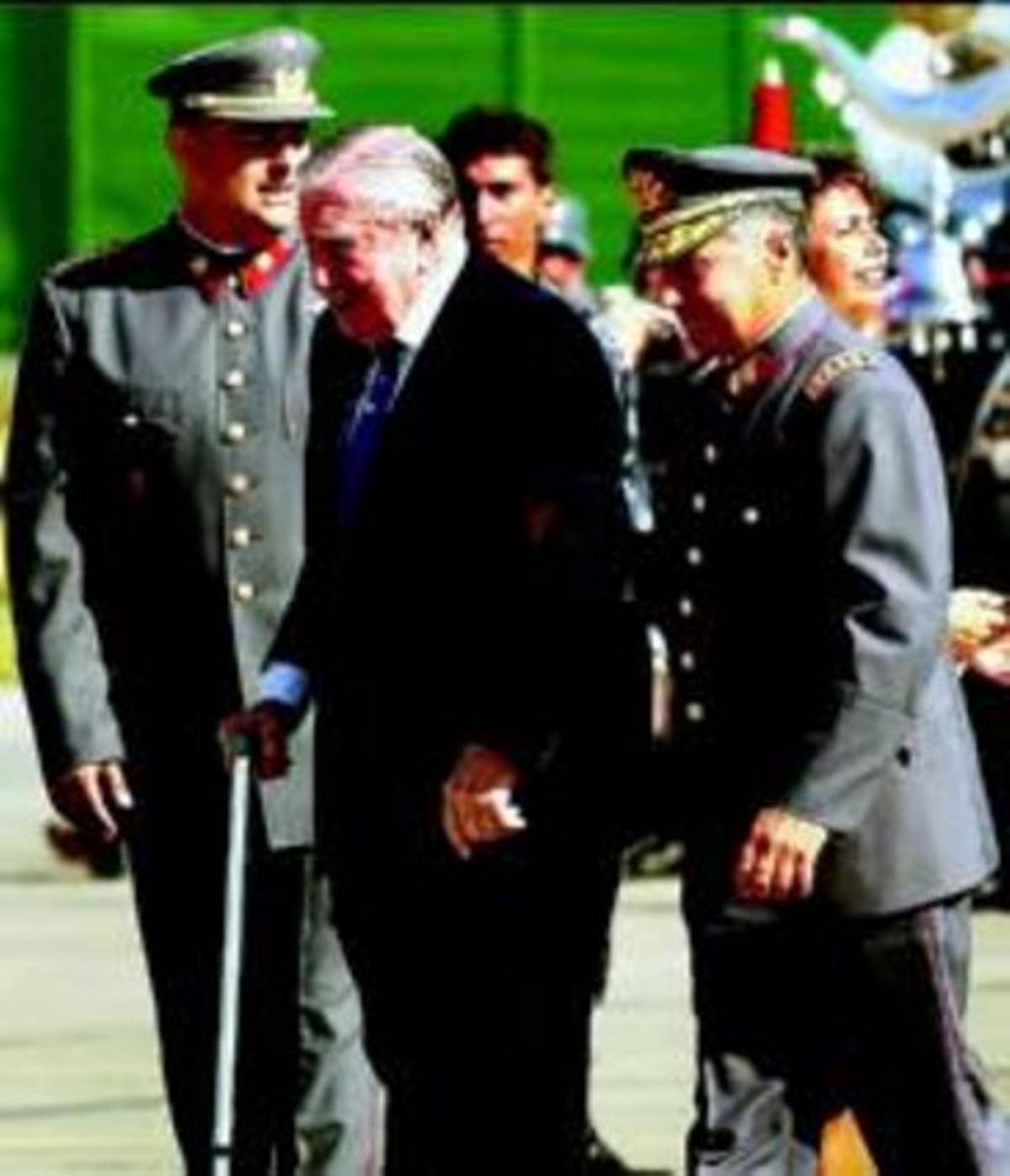EL FRAUDE En marzo del 2000, Londres puso en libertad a Pinochet por motivos de salud. Pero al aterrizar en Chile, el día 3 de ese mes, el dictador se levantó de la silla de ruedas y se puso a andar.