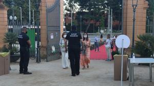 Medidas para garantizar la seguridad en el festival de Pedralbes, la noche del pasado domingo.