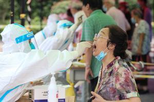 Un sanitario realiza una prueba diagnóstica de covid-19 en Nanjing, China.