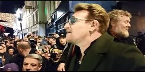 Bono cantant a Dublín.