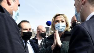 La líder de Reagrupación Nacional, Marine Le Pen, conversa con simpatizantes durante una visita a un mercado de Avesnes-sur-Helpe, en el norte de Francia, este viernes.