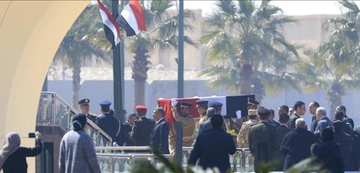 La guardia de honor traslada el ataud con los restos del expresidente egipcio Hosni Mubarak.