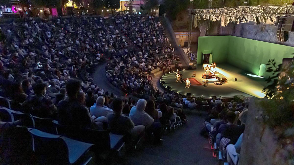 El anfiteatro del Grec, durante la representación de 'Carrer Robadors'