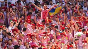 Ambiente festivo durante el chupinazo este mediodía en Pamplona.