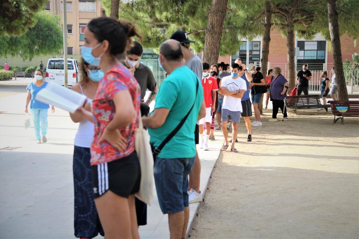 Colas en el primer día de PCR voluntarias en L'Hospitalet de Llobregat.