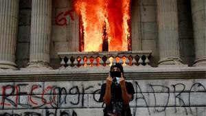 Centenars de manifestants ocupen el Congrés de Guatemala i li calen foc