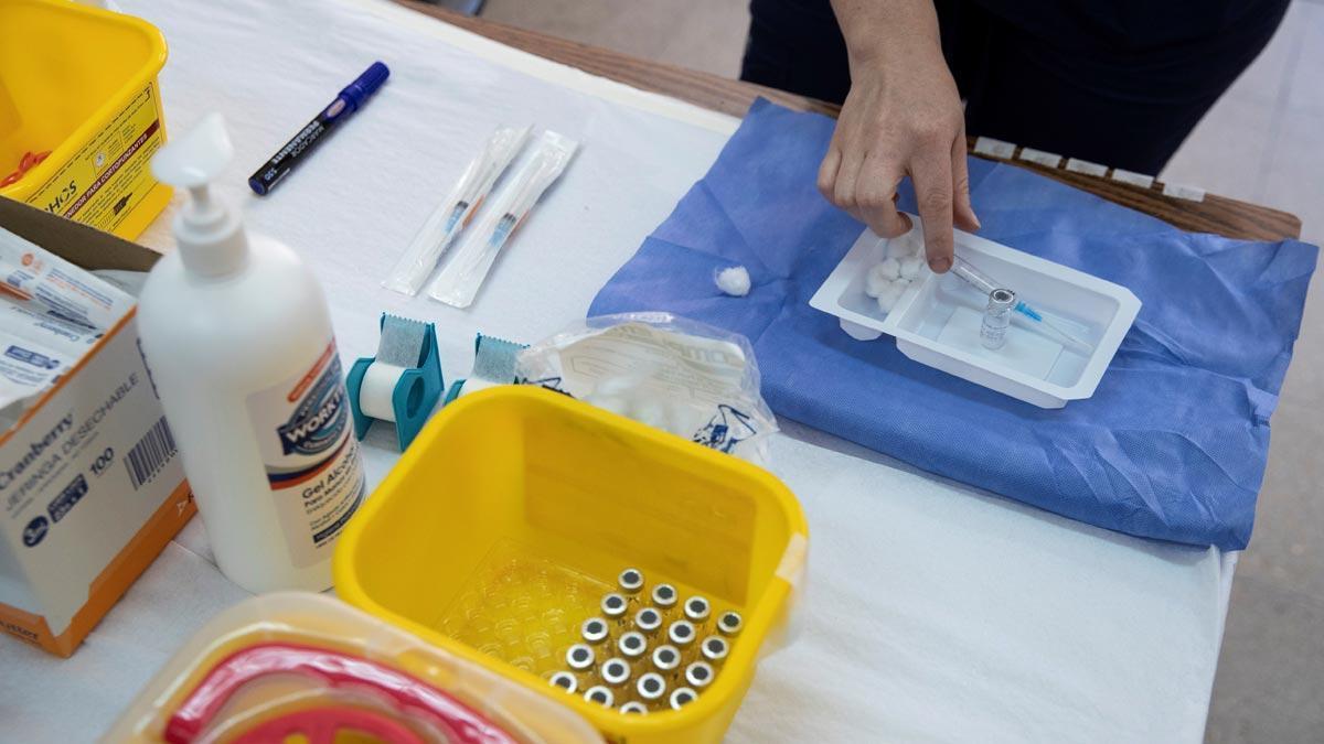 Preparación de una dosis de la vacuna contra el covid en un centro de salud.