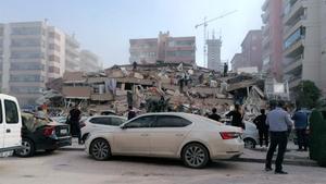 Edificio derrumbado en la población turca de Izmir por el terremoto de este viernes.