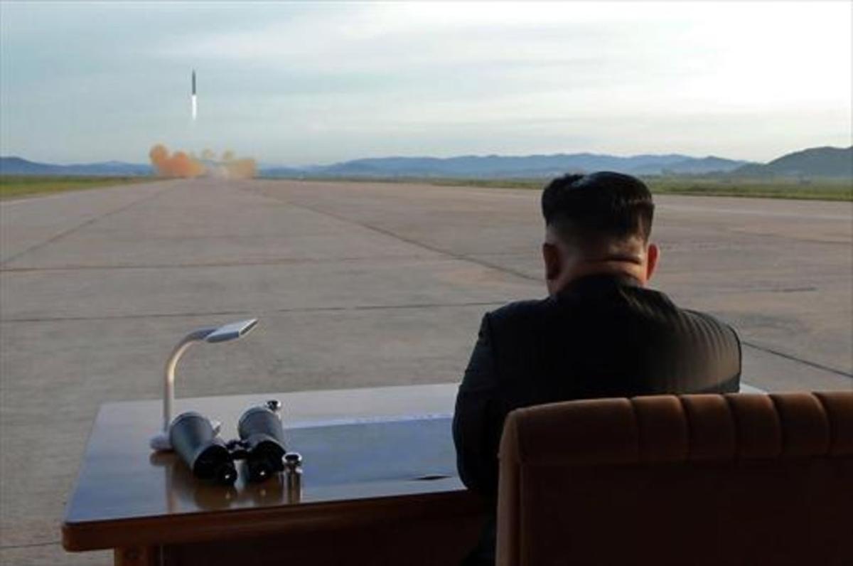 Kim Jong-un observa el lanzamiento de un misil, en una foto sin fecha.