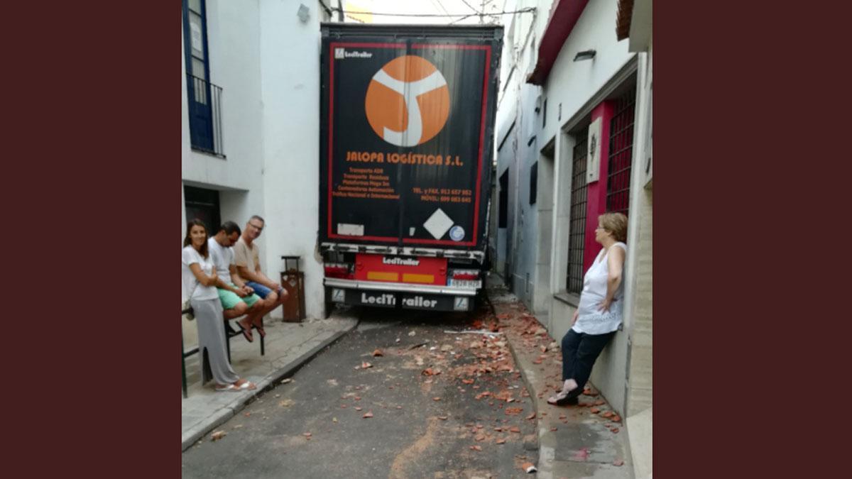 Una grúa retira el camión empotrado en una calle peatonal de Sant Pol de Mar (Barcelona).