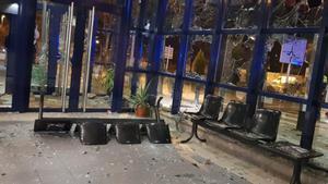 Estado en el que ha quedado la comisaría de los Mossos de Vic tras los altercados por la detención del rapero Pablo Hasél, este martes.