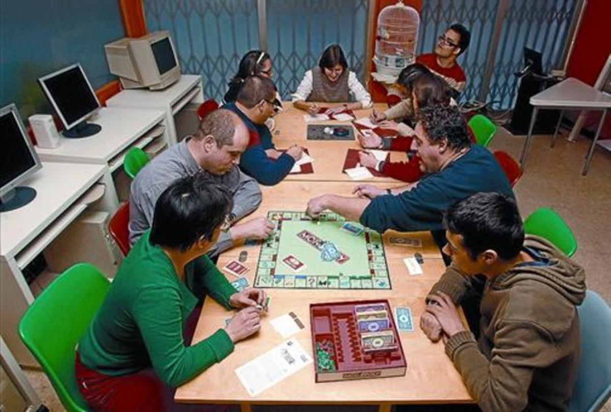 Sede del centro 8 Algunos socios comparten juegos de mesa en las instalaciones de la calle de la Torre.
