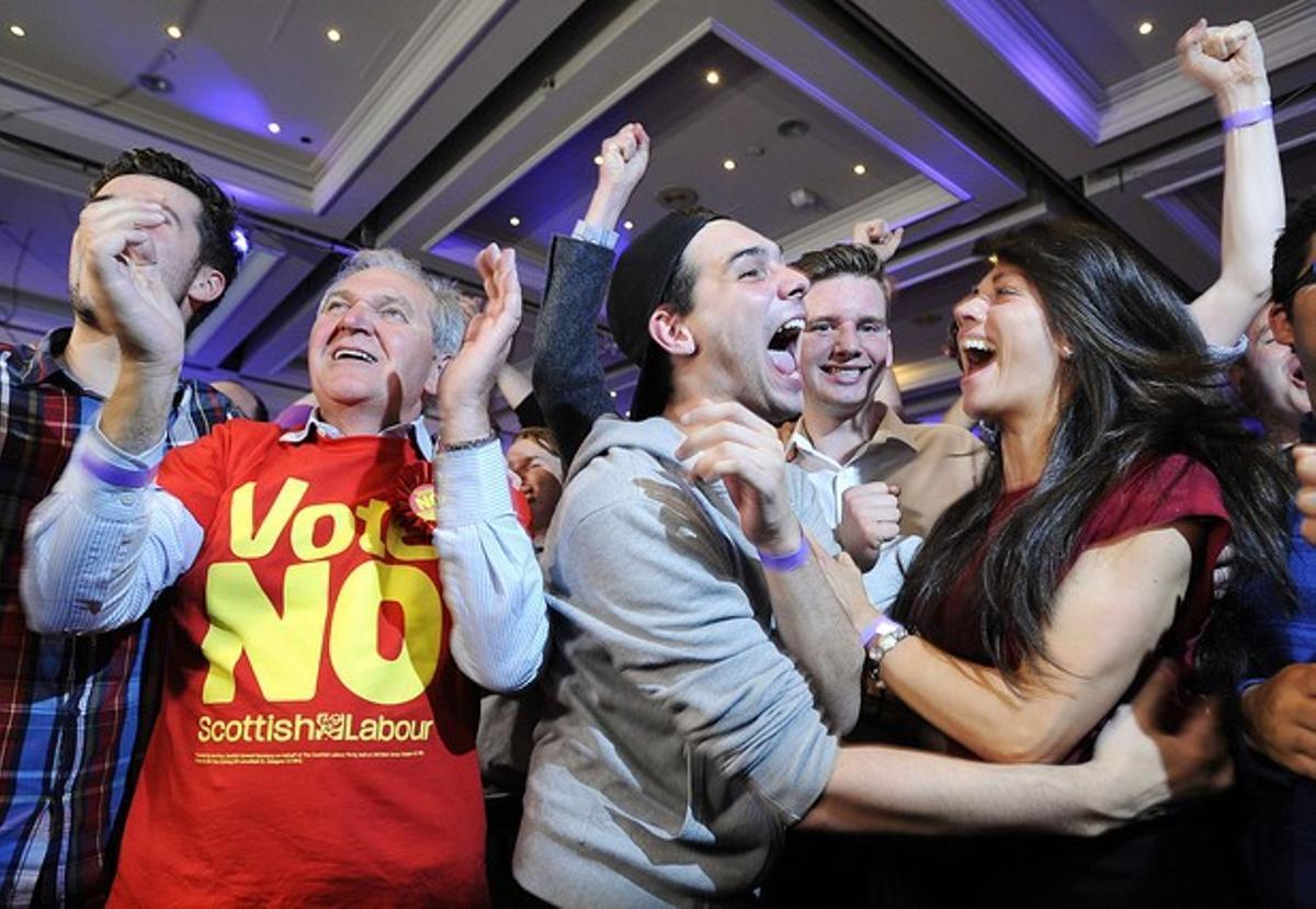 Unionistas celebran la victoria del 'no' a la independencia de Escocia.