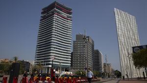 A la izquierda, el nuevo edificio Antares; a la derecha, la Torre Telefónica.