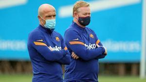 Schreuder y Koeman, en un entrenamiento en la ciudad deportiva del Barça.