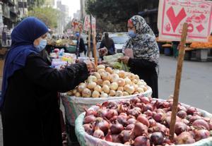Dos mujeres compran en un mercado callejero de El Cairo.