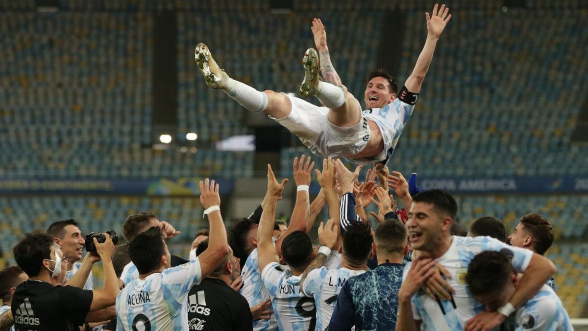 Messi, manteado por sus compañeros de la selección argentina, el pasado día 11, en Río de Janeiro, tras ganar la Copa América.