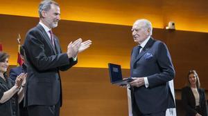Acto de entrega del Premio Reino de España a la Trayectoria Empresarial 2017, concedido a Mariano Puig, En la foto, junto al rey Felipe VI.