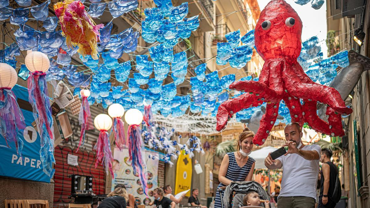 La calle Fraternitat de Dalt, decorada para la fiesta.