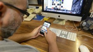 Un usuario se conecta a internet desde el móvil y el ordenador.