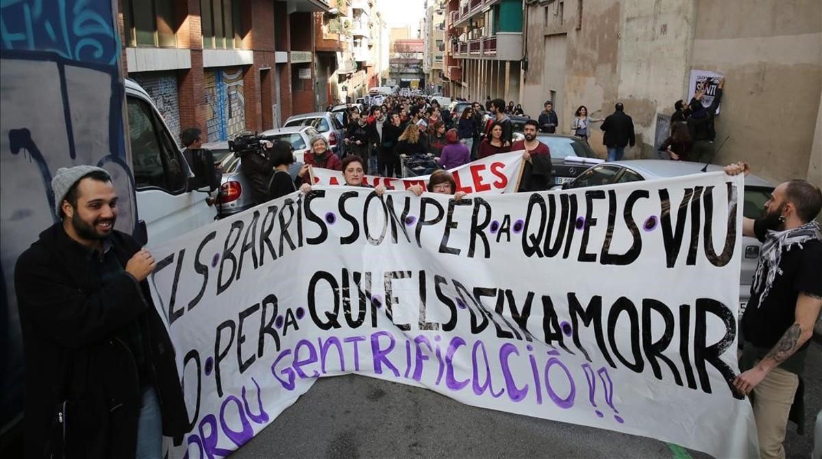 La cabeza de la manifestación, en una de las calles del Poble Sec
