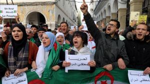 Ciudadanos argelinos corean consignas contra el Gobierno en una manifestación en Argel, esta semana.